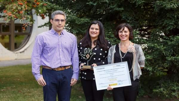 Irene Beisti (centro), con el premio,