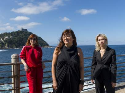Isabel Coixet, entre las actrices de 'Elisa y Marcela', Natalia de Molina y Greta Fernández, en el Festival de San Sebastián.