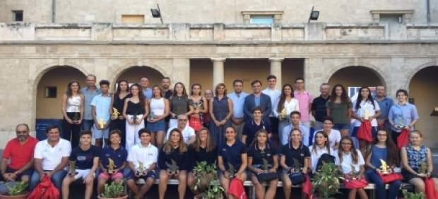 El Consell reconoce los méritos deportivos de unos 40 jóvenes