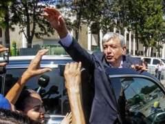 Polémica en México por un beso de López Obrador a una reportera