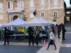 Los Mossos retiran las tiendas de la acampada independentista de Sant Jaume