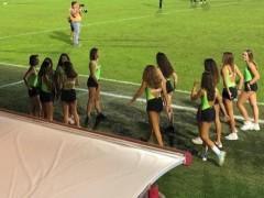 Un equipo de fútbol italiano pone de recogepelotas a adolescentes en shorts