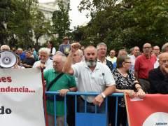 Los pensionistas manifestados frente al Congreso reprochan a un grupo el intento de cortar la calle