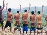 Siete jovenes semidesnudos cerca de un templo budista en Sri Lanka.