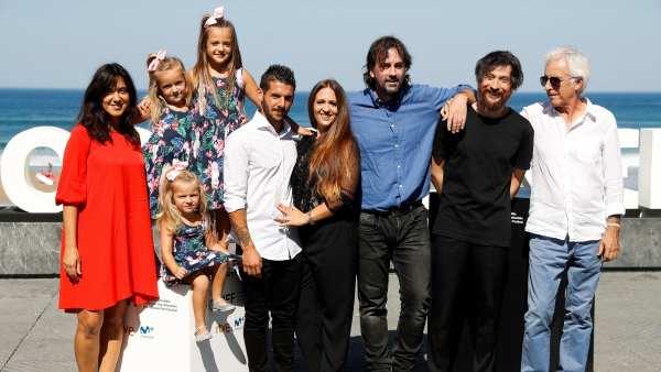 El director Isaki Lacuesta (centro, con camisa azul), entre otros miembros del equipo, durante la presentación de 'Entre dos aguas' en el Festival Internacional de Cine de San Sebastián.