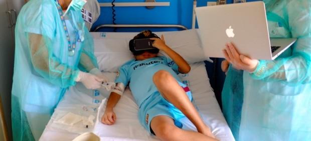 Niños trasplantado probando gafas de realidad virtual