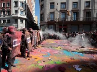 Polvos de colores contra los Mossos
