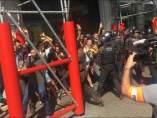 Los Mossos cargan contra inpependentistas en el centro de Barcelona