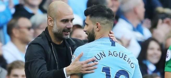 Guardiola felicita a Sergio Agüero.