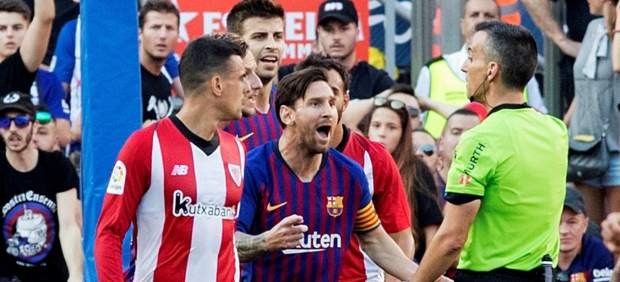 Messi protesta al árbitro