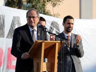 El president de la Generalitat, Quim Torra, y el presidente del Parlament, Roger Torrent, durante su intervención en el acto en Sant Julià de Ramis (Girona) por el primer aniversario del 1-O.