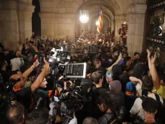 Mossos y manifestantes en el Parlament