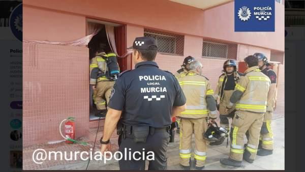 Efectivos de Policía Local y Bomberos de Murcia trabajan en la extinción
