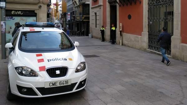 Mossos custodiando la puerta del Palau de la Diputació de Lleida durante el registro que están llevando a cabo en la institución este 2 de octubre de 2018.