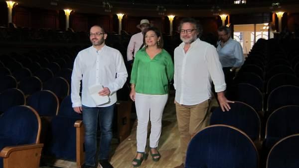 La alcaldesa (centro), en una visita al Gran Teatro