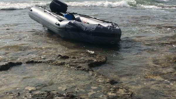 Embarcación con la que han llegado a Cala del Moro