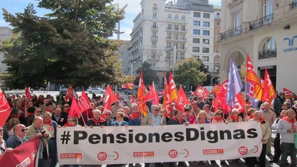 Decenas de pensionistas han reclamado hoy unas pensiones dignas en Zaragoza