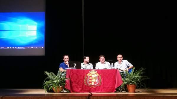 El diputado de Concertación de Huelva, Ezequiel Ruiz, en una reunión sobre PFEA.