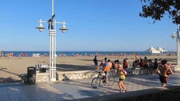 Personas practicando deporte en málaga andalucia bicicletas correr running