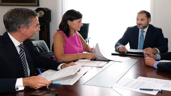 El ministro de Fomento se reúne con la alcaldesa en la Delegación