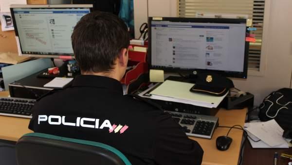 Agente de la Policía Nacional ordenador