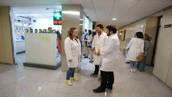 La US inaugura un aula de farmacia para las prácticas de los estudiantes