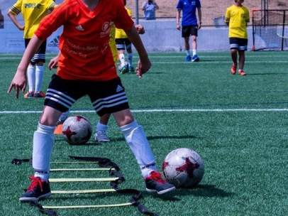 Niños, fútbol. Campo, juego