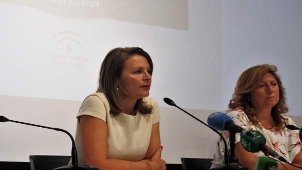 Ana Cobo, junto a la delegada de Cultura, Turismo y Deporte, Pilar Salazar.
