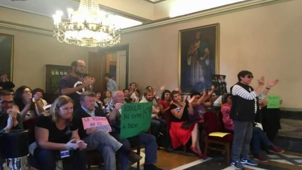 Pleno de Oviedo con manifestantes