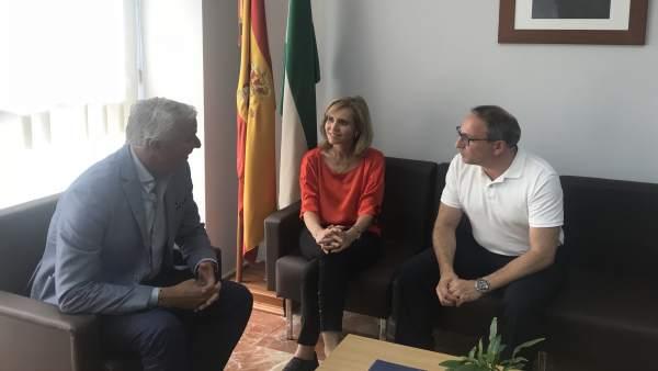 La subdelegada del Gobierno en Huelva, Manuela Parralo, con el sector de turismo