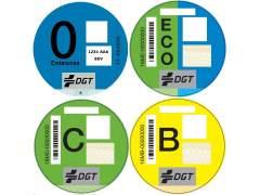 Las claves de las etiquetas de la DGT: dónde y cuáles comprar, cómo colocarlas, para qué sirven...