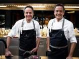 Los Hermanos Torres posan en su nuevo restaurante