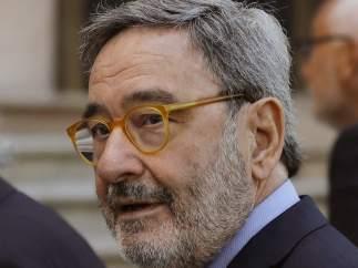 El ex presidente de Catalunya Caixa Narcís Serra acompañado por su abogado Pau Molins a su llegada esta mañana a la Audiencia de Barcelona.