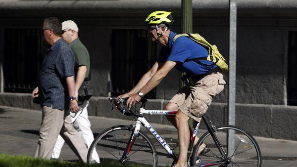 Un hombre en bicicleta por la ciudad.