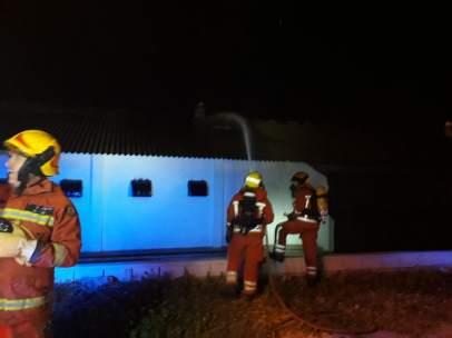 Los bomberos intentando extinguir el incendio