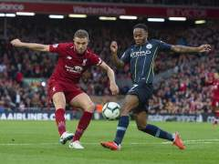 Henderson y Sterling pugnan por un balón en Anfield.
