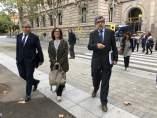 La esposa de Jordi Turull Blanca Bragulat y los abogados J.Pina y F.Homs.