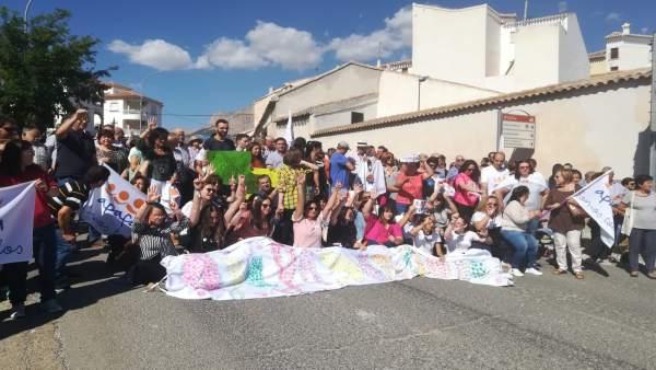 Centenares de vecinos de Los Vélez se manifiestan por el centro Apafa