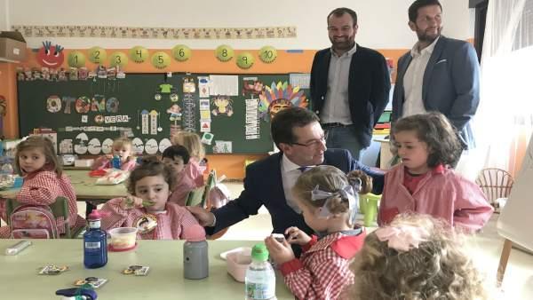 El consejero de Educación, Genaro Alonso, en una escuela infantil