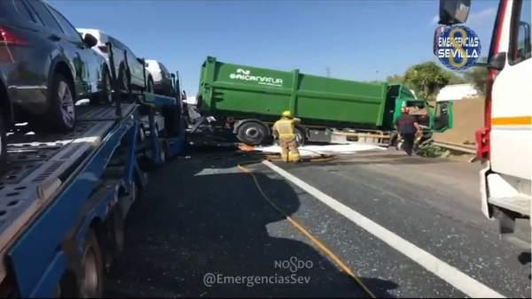 Accidente entre tres camiones en el Puente del Centenario