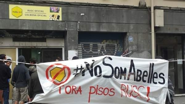 Acción vecinal en Sants contra la construcción de pisos colmena en este distrito barcelonés.