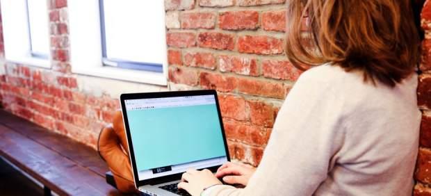 Una mujer, con un ordenador