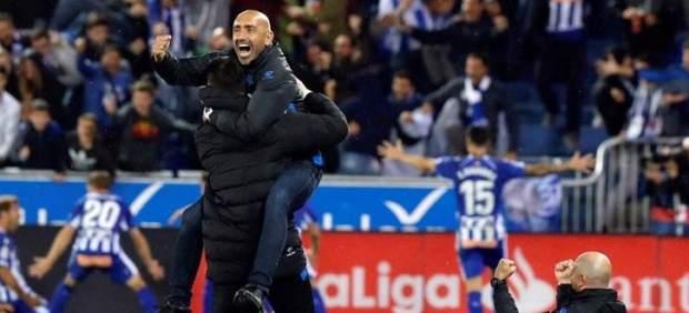 Abelardo celebra la victoria del Alavés frente al Real Madrid.
