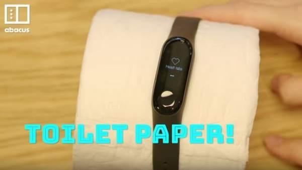 Pulsera inteligente colocada en un rollo de papel higiénico