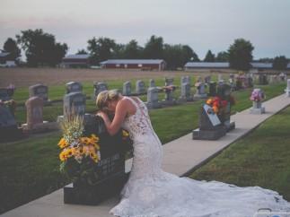 Novia se fotografía en la tumba de su amado