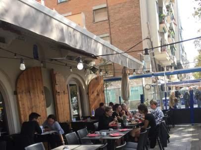 Una de las terrazas del Passeig Joan de Borbó en su ubicación tradicional junto a la fachada.