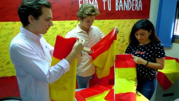 NNGG prepara las banderas de España