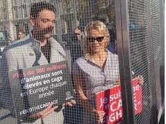 Pamela Anderson denuncia la cría de animales en jaulas encerrándose en una