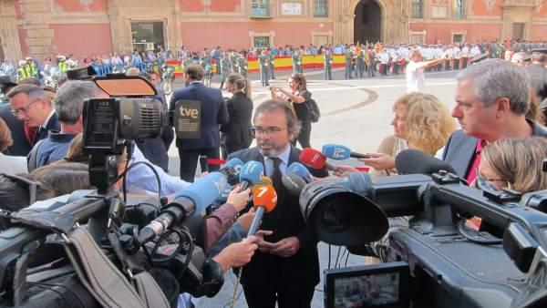 El consejero de Presidencia, Pedro Rivera, atiende a los medios