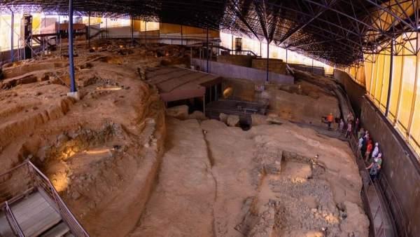 Visitantes en el Museo y Parque Arqueológico Cueva Pintada, en Gáldar
